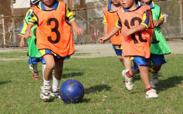 少年サッカーと高額塾のたとえイメージ画像