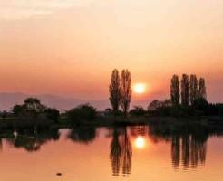 夕陽の湖面
